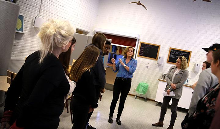 Annika Grälls berättar om projektet för eleverna. Till höger i bild syns Sofia Nelson på Delmat.