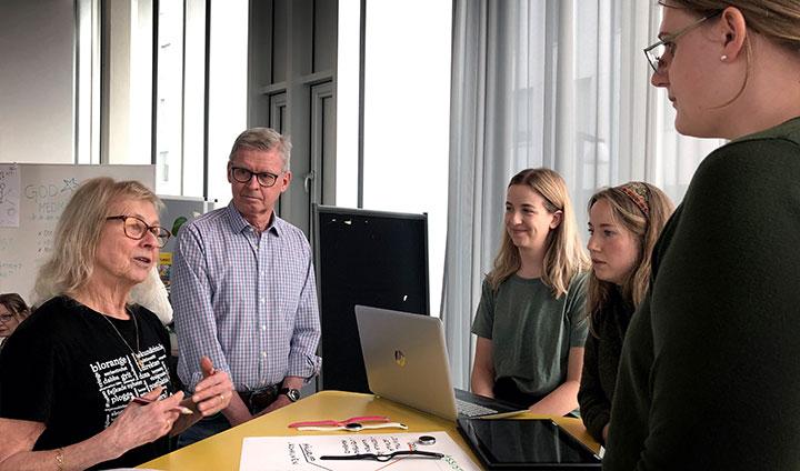 Birgitta Wallbom och Jan Eriksson mötte studenterna Nicole Stylin, Ina-Marie Åberg och Louise Samson som utvecklat ett trygghetslarm som ser ut som en designklocka.
