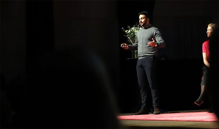 Bilden föreställer Hamza Qadoumi på en scen under Food Tech 2019