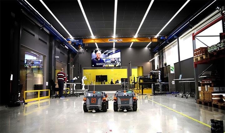 Bilden visar två robotar i Robotlab på Örebro universitet.