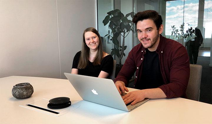 Studenterna Åsa Håkansson och Jonas Bergerheim som sitter vid ett skrivbord.
