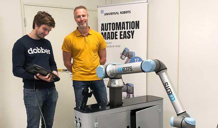 Nyexaminerade akademikern Fredrik Lidström och platschef Jonas Ahl vid en robot på företaget Arho i Hallsberg.